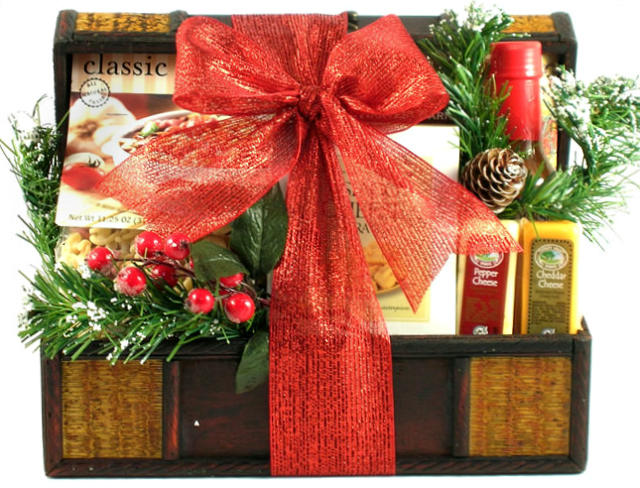 Christmas Baskets.Holiday Treasure Chest Beautiful Christmas Gift Basket